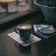 Man sieht iene Tasse Kaffee auf einem Fensterbrett stehen. Sieht sehr gemütlich aus.